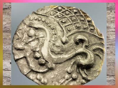 D'après un statère Parisii, dragon, électrum (or et argent), Laniscat, Bretagne, Ier siècle avjc, La Tène, Gaule celtique. (Marsailly/Blogostelle)