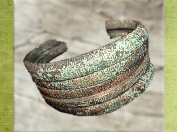 D'après des anneaux de cheville en bronze, influence étrusque, âge du Fer, art Celte. (Marsailly/Blogostelle)