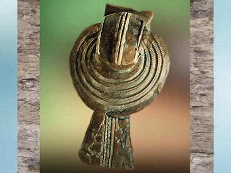 D'après une fibule en bronze, Manche, La Tène ancienne, Gaule celtique, âge du Fer. (Marsailly/Blogostelle)