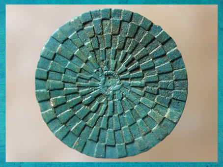 D'après le Jeu du serpent Mehen, faïence bleu, tombe du roi Péribsen, vers 2750 avjc, IIe dynastie, Abydos, Égypte ancienne. (Marsailly/Blogostelle)