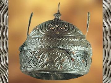 D'après un casque en bronze, fer et corail, Italie, IVe siècle avjc, La Tène, âge du Fer, art Celte. (Marsailly/Blogostelle)