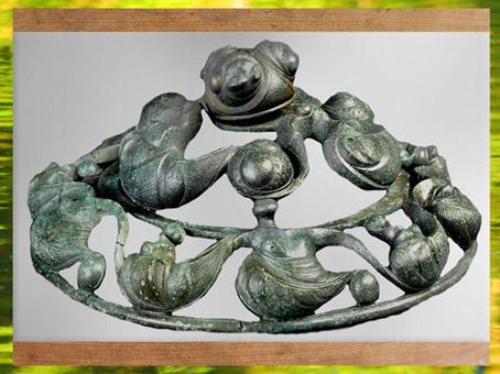 D'après un décor de char, bronze, dit Dôme aux Dragons, tombe à char, Val d'Oise, IIIe siècle avjc, Gaule celtique, France, art Celte. (Marsailly/Blogostelle)