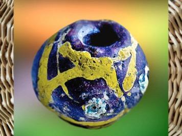 D'après une perle colorée, verre, Bretagne, Gaule celtique, âge du Fer. (Marsailly/Blogostelle)