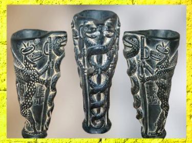 D'après un vase à libation, dédicace de Gudea au dieu de la Végétation Ningishzida, serpents enroulés en spirale autour d'un axe,vers 2150 apjc, époque néo-sumérienne, Mésopotamie. (Marsailly/Blogostelle)