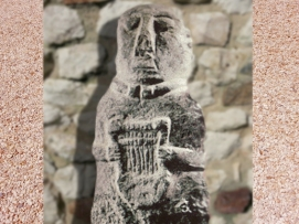 D'après la statuette à la lyre, art gaulois, Ie siècle avjc, Côtes-d'Armor, France. (Marsailly/Blogostelle.)