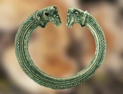 D'après un torque argenté, IVe-Ier siècle avjc, art celte, Allemagne : un objet précieux plongé dans les marais... (Marsailly/Blogostelle.)