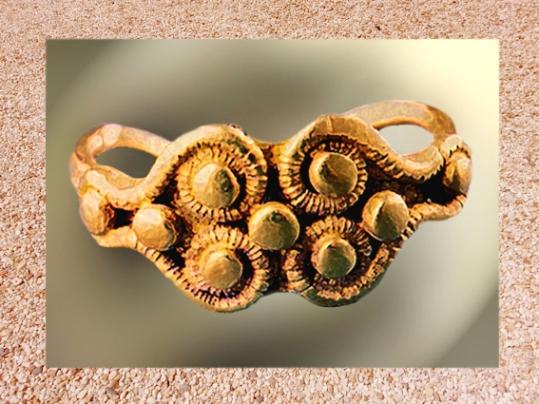 D'après une bague en or, période de La Tène, art celte, France. (Marsailly/Blogostelle.)