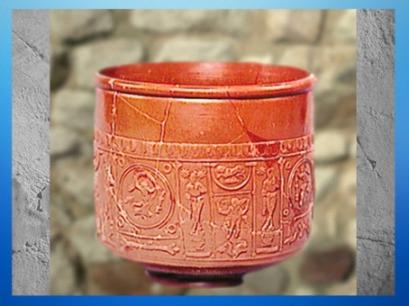 D'après une céramique sigillée au décor théâtral et mythologique, Ier siècle apjc, Puy-de-Dôme,Gaule Romaine. (Marsailly/Blogostelle)
