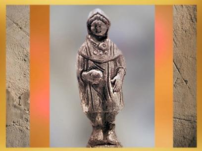 D'après voyageur Gaulois, revêtu de sa pèlerine à capuchon, le cucullus, terre cuite, Ier siècle avjc-IVe siècle apjc, Vesoul, Gaule Romaine. (Marsailly/Blogostelle)