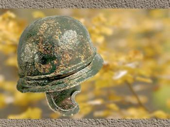 D'après un casque gaulois en fer, Alésia, à l'époque de la guerre des Gaules, Ier siècle avjc. (Marsailly/Blogostelle)