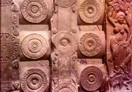 D'après le décor de la balustrade du stûpa de Bhârhut, médaillons et Yakshî, déité de la végétation, IIe siècle avjc, Madhya Pradesh, Inde du Nord. (Marsailly/Blogostelle)
