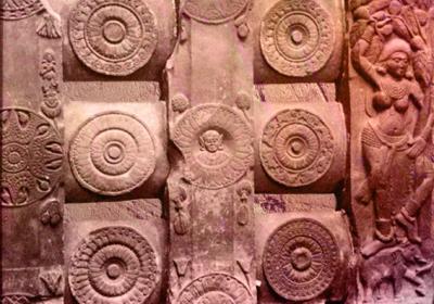 D'après undécor de balustrade, médaillons et Yakshî, déité de la végétation, stûpa de Bhârhut, IIe siècle avjc, Madhya Pradesh,Nord, Inde ancienne. (Marsailly/Blogostelle)