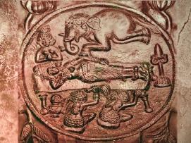 D'après La Descente du bienheureux, médaillon sculpté, Ier siècle avjc, stûpa de Bharhût, Madhya Pradesh, Inde du Nord. (Marsailly/Blogostelle.)