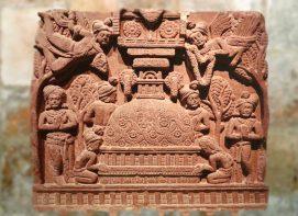D'après un bas-relief qui représente un stûpa et des personnages ailés, Bhârhut, IIe siècle avjc, Madhya Pradesh, Inde du Nord. (Marsailly/Blogostelle.)