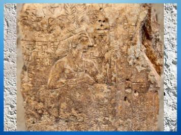 D'aprèsun bas-relief dit La Figure aux Plumes, personnage royal et poteaux (du temple),vers 2700 avjc, antiqueGirsu, Tello, Irak actuel, Mésopotamie. (Marsailly/Blogostelle)