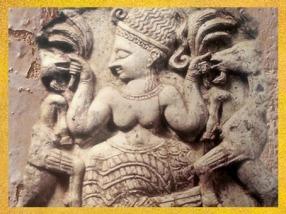 D'après la Maîtresse des Animaux, sans doute la déesse Astarté qui brandit des palmes, art mésopotamien, XIIIe siècle avjc, Ugarit, Syrie. (Marsailly/Blogostelle)