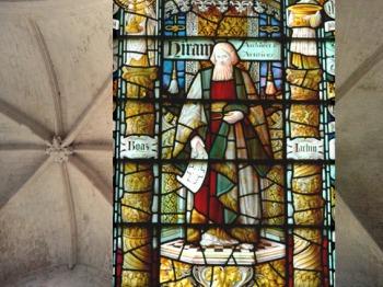 D'après Hiram Abi entre les colonnes du temple, 1900, vitrail, Saint John's Church, Chester, Angleterre. (Marsailly/Blogostelle)