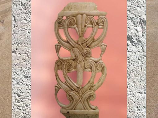 D'après une plante ou un arbre stylisé, sculpture sur ivoire, VIIIe siècle avjc, art assyrien, Nimrud, Irak. (Marsailly/Blogostelle)