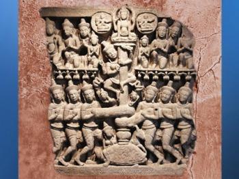 D'après le mythe du Barattage de la Mer de Lait et l'arbre-pilier cosmique, tympan du Prasat Phnom Da, Angkor Vat, XIIe siècle. (Marsailly/Blogostelle)