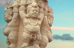 D'après des atlantes dodus coiffés de leur turban à boule, sculpture, torana Ouest, stûpa n° 1, Sanchî, Madya Pradesh, Inde du Nord. (Illustration Marsailly/Blogostelle)