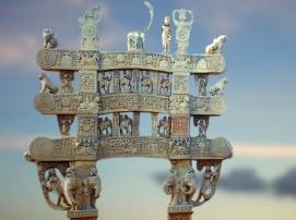 D'après le torana Nord de Sanchî 1 et ses Yakshîs sculptées, Madya Pradesh, Inde du Nord. (Illustration Marsailly/Blogostelle)