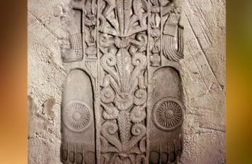 D'après les empreintes du Buddha et roues, symboles spirituels de l'Éveillé, Ier siècle avjc-Ier siècle apjc, stûpa n° 1, Sânchî, Madya Pradesh, Nord, Inde ancienne. (Marsailly/Blogostelle)