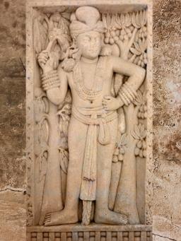D'après un dvarapala (gardien de porte), avec fleur de lotus, Torana Est, Ier siècle avjc-Ier siècle apjc, stûpa n° 1, Sânchî,Madya Pradesh, Nord, Inde ancienne. (Marsailly/Blogostelle)