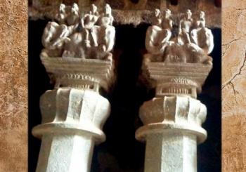 D'après des chapiteaux aux éléphants montés, temple rupestre de Karlî, Mahârâsthra, Sud, Inde ancienne. (Marsailly/Blogostelle)
