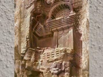 D'après un balcon sculpté, temple rupestre de Bhâja, détail, vers le Ier siècle avjc, Mahârâsthra, Sud, Inde ancienne. (Marsailly/Blogostelle)