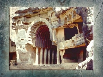 D'après l'entrée monumentale du temple de Bhâja, son auvent et ses balcons, vers Ier siècle avjc, Mahârâsthra, Sud, Inde ancienne. (Marsailly/Blogostelle)