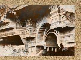 D'après une vue de la façade du temple rupestre de Kondane, vers Ier siècle avjc, Mahârâsthra, Inde du Sud. (Marsailly/Blogostelle.)