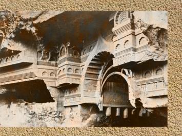 D'après une vue de la façade du temple rupestre de Kondane, vers Ier siècle avjc, Mahârâsthra, Sud, Inde ancienne. (Marsailly/Blogostelle)