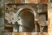 D'après l'entrée du temple de Bhâja et ses balcons, Mahârâsthra, Sud, Inde ancienne. (Marsailly/Blogostelle)