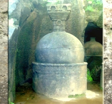D'après un petit stûpa abrité : un dagoda, site de Bhâja, Mahârâsthra, Inde du Sud. (Marsailly/Blogostelle)