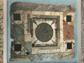 D'après un décor de sol, marbre, calcaire, ardoise et disque de granit, Lyon, IIe-IIIe siècle apjc, Gaule Romaine. (Marsailly/Blogostelle)
