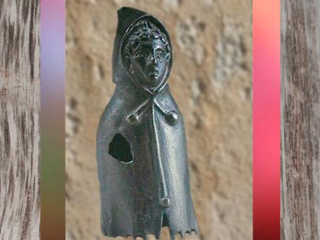 D'après un pèlerin revêtu de son manteau à capuchon, le cucullus, statuette bronze, Gaule Romaine. (Marsailly/Blogostelle)