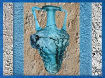 D'après un vase en verre bleu, raisin, IIe siècle apjc, Gaule Romaine. (Marsailly/Blogostelle)