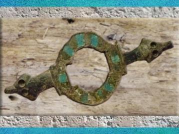 D'après une fibule, bronze et émail, Gaule Romaine, Ier -IVe siècle apjc, France. (Marsailly/Blogostelle)