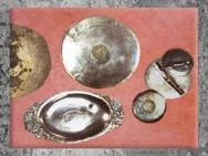 D'après le trésor d'une villa, vaisselle en argent et miroirs, Ardennes, IIIe siècle apc, Gaule Romaine. (Marsailly/Blogostelle)