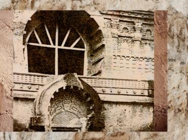 D'après la façade du temple rupestre de Nâsik et sa grande fenêtre, Ier siècle apjc, au Mahârâsthra dans le Dekkan, Sud, Inde ancienne. (Marsailly/Blogostelle)
