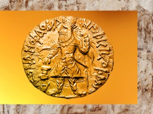 D'après l'empereur Kanishka couronné auprès d'un autel, monnaie en or, Ier-IIe siècle apjc, dynastie Kushâna, Inde ancienne. (Marsailly/Blogostelle)
