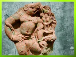 D'après Vahara à tête de sanglier, avatar de Vishnu, relief sculpté,école de Mathurâ, Ier-IIe siècle apjc, dynastie Kushâna, Uttar Pradesh, Inde ancienne du Nord. (Marsailly/Blogostelle)