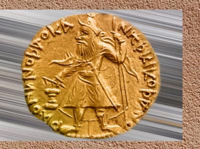 D'après Kanishka en costume nomade,auprès d'un autel, monnaie en or, (dieu grec Hélios au revers), dynastie Kushâna, Ier-IIe siècle apjc, Uttar Pradesh, Inde ancienne du Nord.(Marsailly/Blogostelle)