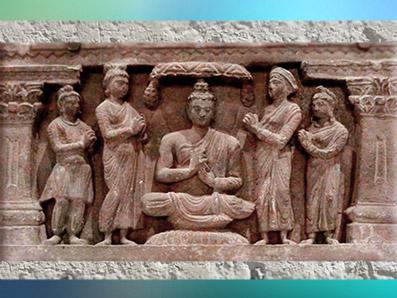 D'après un couple de dévots, Buddha entre Brahma et Indra, IIe siècle apjc, art du Gandhara, Kushana, Inde du Nord. (Marsailly/Blogostelle)