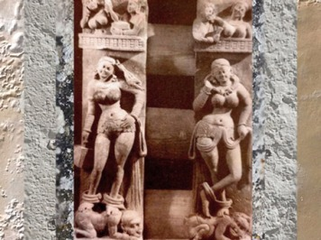 D'après deux Yakshîs sur balustrade, école de Mathurâ, IIe siècle apjc, dynastie Kushâna, Bhûtesar, Uttar Pradesh, Inde du Sud. (Marsailly/Blogostelle)