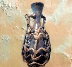 D'après un verre soufflé à décor de résilles, trésor de Bégram, Ie siècle apjc -IIe siècle apjc, Kushâna en Inde du Nord. (Marsailly/Blogostelle)