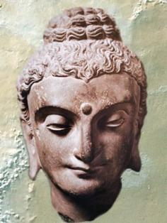 D'après Buddha, art du Gandhara (Ouest Pakistan-Est Afghanistan), IIe siècle-IIIe siècles apjc, dynastie Kushâna en Inde du Nord. (Marsailly/Blogostelle)