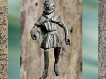 D'après la figurine d'un paysan gaulois, ex-voto, bronze, Ier avjc - IIIe siècle apjc, Gaule Romaine. (Marsailly/Blogostelle)