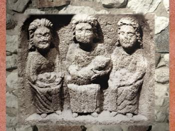 D'après les divinités gauloises féminines Les Mères ou Matres, Ier avjc-IVe siècle apjc,Gaule Romaine. (Marsailly/Blogostelle)