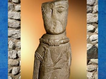 D'après la statuette d'Euffigneix, dieu gaulois et son sanglier, pierre calcaire, Ier siècle apjc, Haute-Marne, France,Gaule Romaine. (Marsailly/Blogostelle)